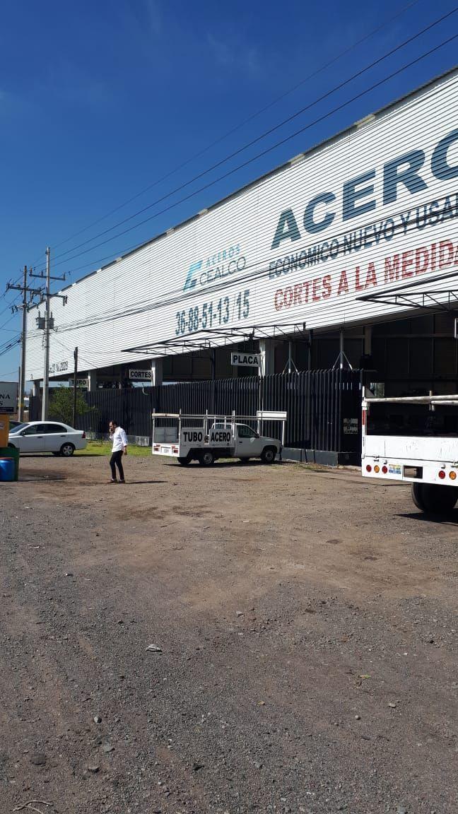El local comercial se encuentra en  la carretera a Chapala en el km 13. Se encuentra  cerca del aeropuerto internacional de Guadalajara, cerca de bancos, de fabricas, restaurantes que hacen que haya mucho flujo vehicular.  •El local cuenta con una superficie de 2760 mts •De frente 70 mts.  •Techo de lamina de 12 mrs.  •esta libre sin claros •2 oficinas.  •Con baños para empleados y cocineta.  •Baño para la oficina principal •Todos los servicios. EasyBroker ID: EB-DK9341 2
