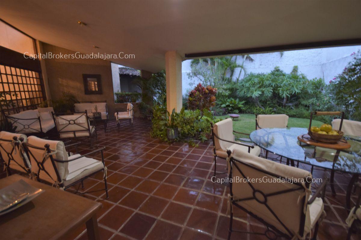 Residencia de con 2 recamaras en planta baja y 2 arriba, jardin, areas comunes, requiere remodelacion. EasyBroker ID: EB-DW8151 20