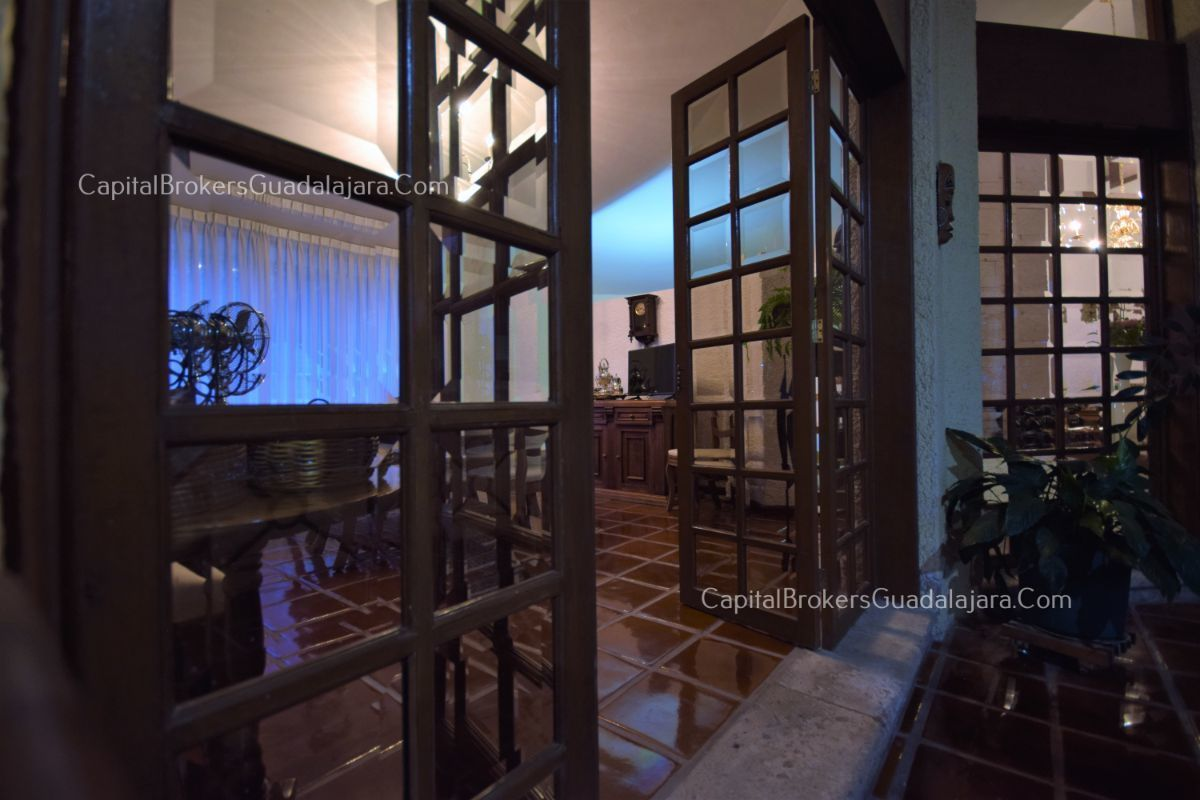 Residencia de con 2 recamaras en planta baja y 2 arriba, jardin, areas comunes, requiere remodelacion. EasyBroker ID: EB-DW8151 22