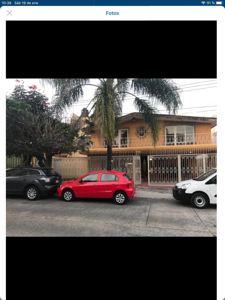 EXCELENTE  CASA PARA REMODELAR  EN UNA DE LAS MEJORES ZONAS DE GUADALAJARA JALISCO, PLANTA BAJA *COCHERA 4 AUTOS *ESTUDIO CON BAÑO (OPCION A 5 RECAMARA) *AMPLIA SALA * COMEDOR *COCINA INTEGRAL ESPACIOSA CON BARRA DESAYUNADORA  *BAR PLANTA ALTA *3 RECAMARAS SECUNDARIAS CON BAÑO Y AMPLIOS CLOSET BALCONES CONTINUOS *RECAMARA PRINCIPAL CON BAÑO Y DOBLE CLOSET BALCÓN VISTA TERRAZA TERCER PISO *CUARTO DE SERVICIO CON BAÑO Y ÁREA DE LAVADO *TERRAZA TECHADA Y AMPLIO JARDIN *CUARTO DE JUEGOS CON BODEGA SUBTERRANEA CON OPCION A CAVA *CHIMENEA UNA ZONA MUY TRANQUILA  CERCA DE PARQUES.. LI4. EasyBroker ID: EB-DE6280 22