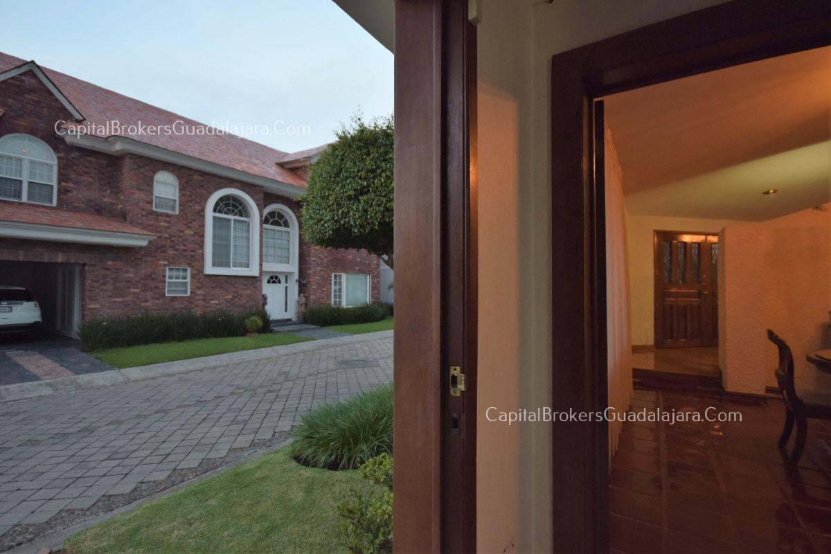 Residencia de con 2 recamaras en planta baja y 2 arriba, jardin, areas comunes, requiere remodelacion. EasyBroker ID: EB-DW8151 25