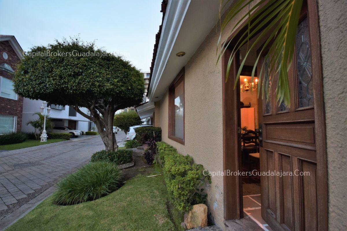 Residencia de con 2 recamaras en planta baja y 2 arriba, jardin, areas comunes, requiere remodelacion. EasyBroker ID: EB-DW8151 26