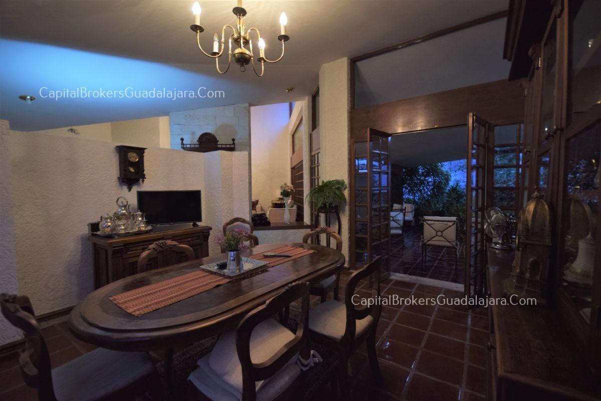 Residencia de con 2 recamaras en planta baja y 2 arriba, jardin, areas comunes, requiere remodelacion. EasyBroker ID: EB-DW8151 27