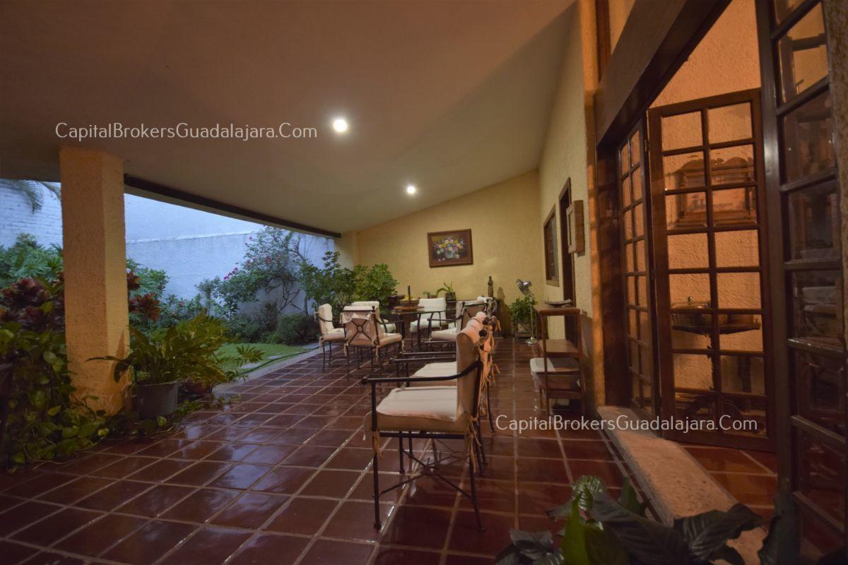 Residencia de con 2 recamaras en planta baja y 2 arriba, jardin, areas comunes, requiere remodelacion. EasyBroker ID: EB-DW8151 30
