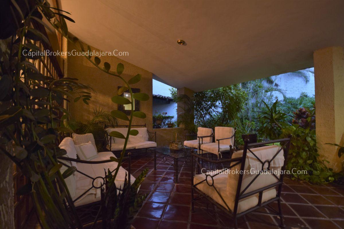 Residencia de con 2 recamaras en planta baja y 2 arriba, jardin, areas comunes, requiere remodelacion. EasyBroker ID: EB-DW8151 31