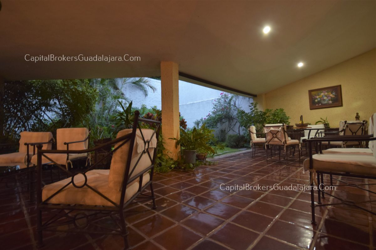 Residencia de con 2 recamaras en planta baja y 2 arriba, jardin, areas comunes, requiere remodelacion. EasyBroker ID: EB-DW8151 32