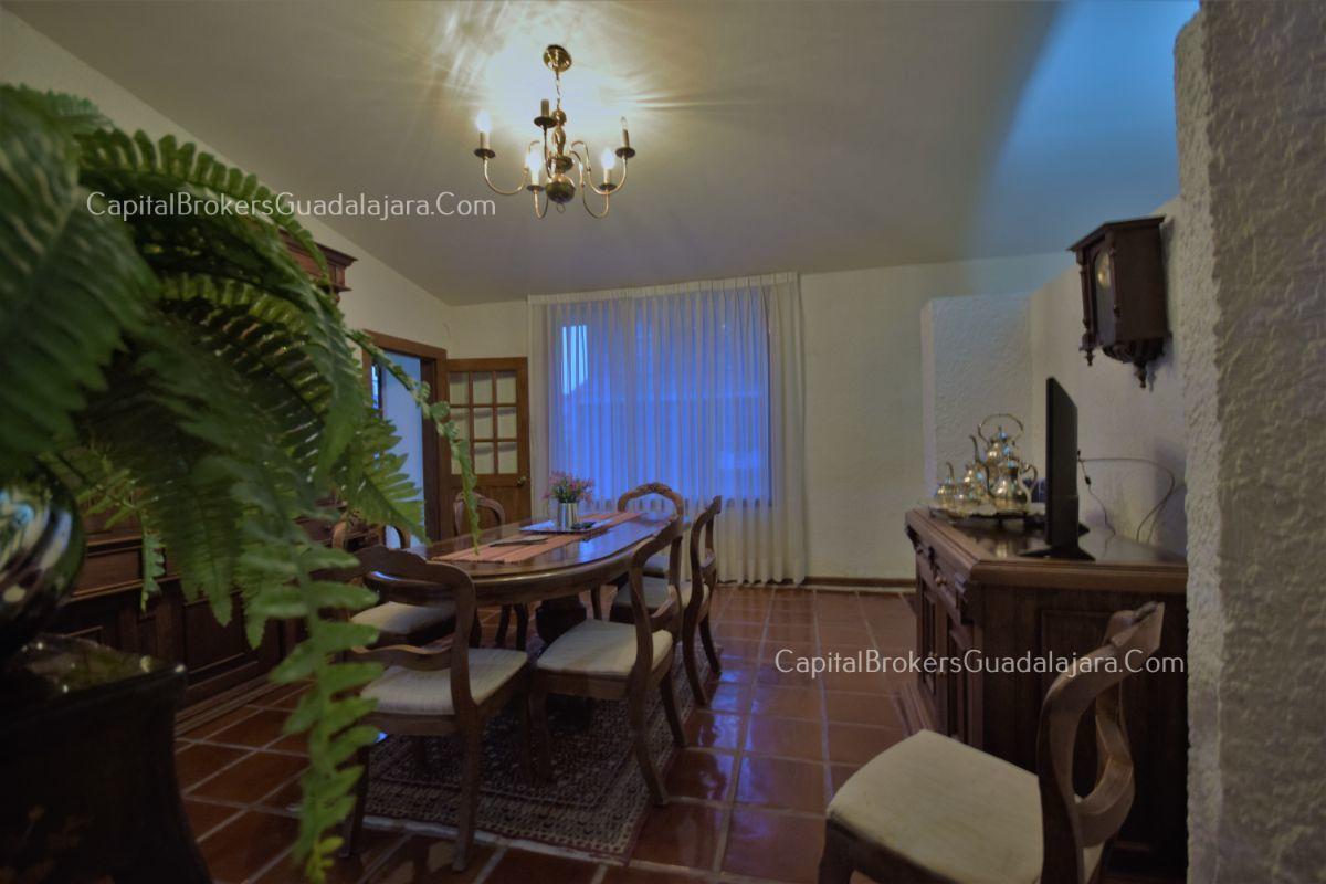 Residencia de con 2 recamaras en planta baja y 2 arriba, jardin, areas comunes, requiere remodelacion. EasyBroker ID: EB-DW8151 33