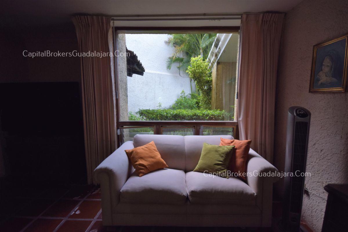 Residencia de con 2 recamaras en planta baja y 2 arriba, jardin, areas comunes, requiere remodelacion. EasyBroker ID: EB-DW8151 4