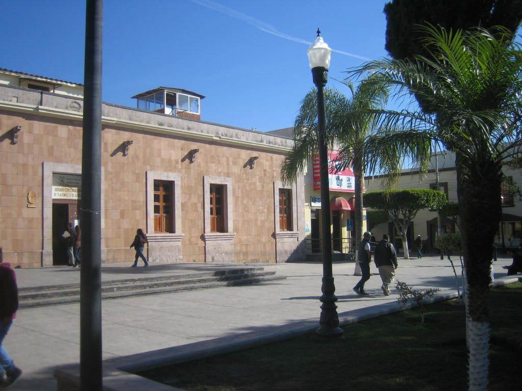 Inversionistas !! propiedad comercial frente a la plaza municipal con 4 locales a la renta.  Están 2 tiendas Coppel una a lado y otra cercana del Local, enfrente Banco Azteca, casi enfrente Bancomer, enfrente de la plaza Oxxo, más a la redonda de la plaza un HSBC, a dos cuadras Farmacia Guadalajara, Telcel, Hotel, dos iglesias, el mercado municipal, en general, comercios de abolengo, que no venden ni rentan, sino heredan, por lo que es muy atractiva, además de su excelente ubicación cuenta con 3 entradas !!! Serán Contratos de Arrendamiento a 5 años.  Actualmente estarán en obra para habilitar los locales entre Octubre y Noviembre se estará terminando.  Usos de suelo: mixto Servicios de la zona: agua, luz, drenaje, pavimento, transporte.  11.8 mts norte 7 mts Sur 21 mts Oriente 15.8 mts Poniente. EasyBroker ID: EB-BX1633 4