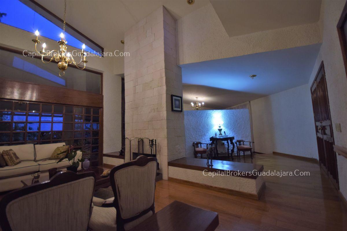 Residencia de con 2 recamaras en planta baja y 2 arriba, jardin, areas comunes, requiere remodelacion. EasyBroker ID: EB-DW8151 40