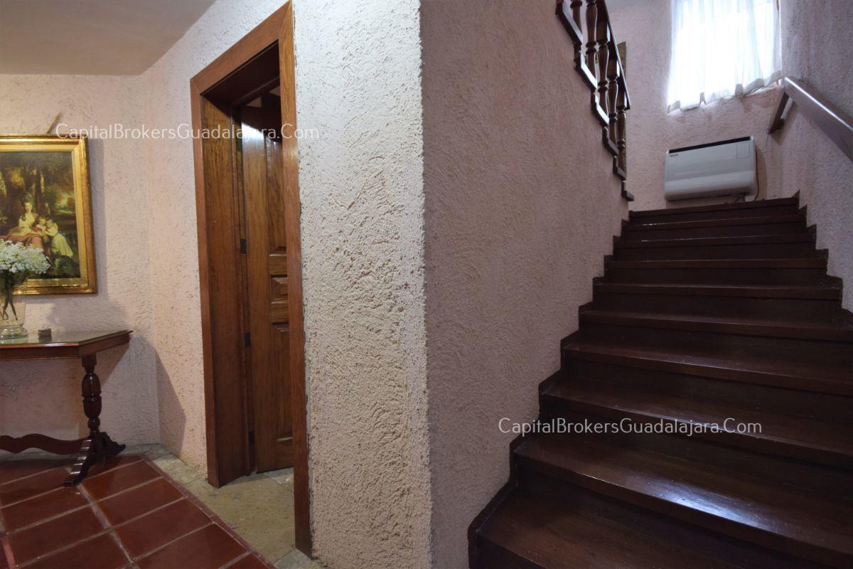Residencia de con 2 recamaras en planta baja y 2 arriba, jardin, areas comunes, requiere remodelacion. EasyBroker ID: EB-DW8151 6