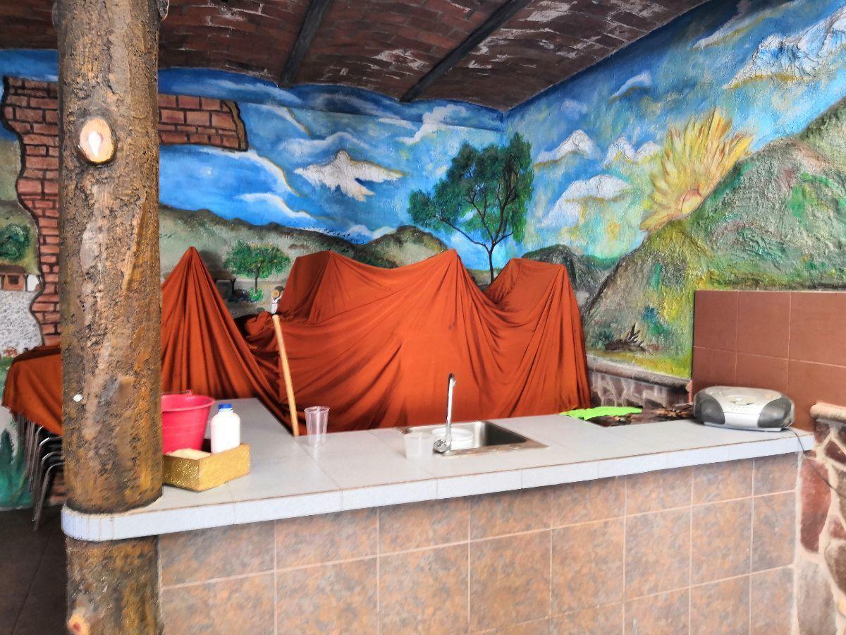 Bien ubicada, en la zona de la hermosa provincia. 2 niveles:  PB: departamento con 2 recámaras, 1 baño, cocina integral, y patio de lavado. Servicios e ingreso independientes. PB: Terraza posterior grande de 40m2  que puede funcionar como cochera, con ingreso independiente y medio baño. PA: Departamento con 2 recámaras, 1 baño, cocina integral, patio de lavado. Servicios e ingreso independientes.  Ideal para casa, escuela, bodega con oficinas, etc. EasyBroker ID: EB-CZ9614 7