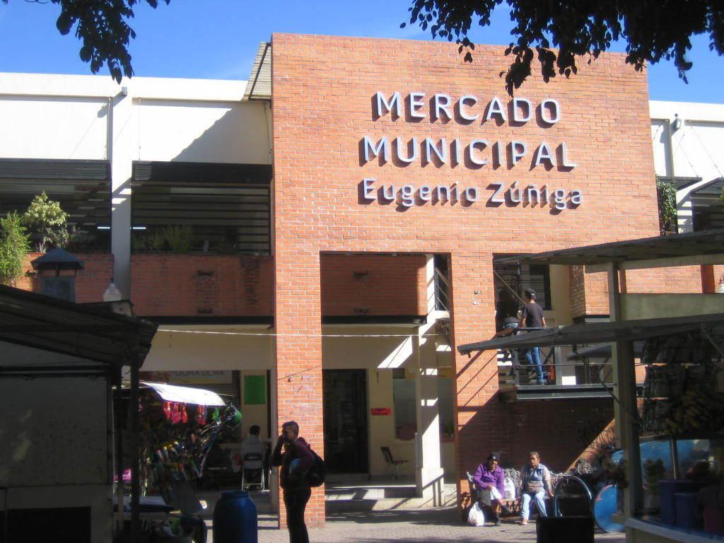Inversionistas !! propiedad comercial frente a la plaza municipal con 4 locales a la renta.  Están 2 tiendas Coppel una a lado y otra cercana del Local, enfrente Banco Azteca, casi enfrente Bancomer, enfrente de la plaza Oxxo, más a la redonda de la plaza un HSBC, a dos cuadras Farmacia Guadalajara, Telcel, Hotel, dos iglesias, el mercado municipal, en general, comercios de abolengo, que no venden ni rentan, sino heredan, por lo que es muy atractiva, además de su excelente ubicación cuenta con 3 entradas !!! Serán Contratos de Arrendamiento a 5 años.  Actualmente estarán en obra para habilitar los locales entre Octubre y Noviembre se estará terminando.  Usos de suelo: mixto Servicios de la zona: agua, luz, drenaje, pavimento, transporte.  11.8 mts norte 7 mts Sur 21 mts Oriente 15.8 mts Poniente. EasyBroker ID: EB-BX1633 7