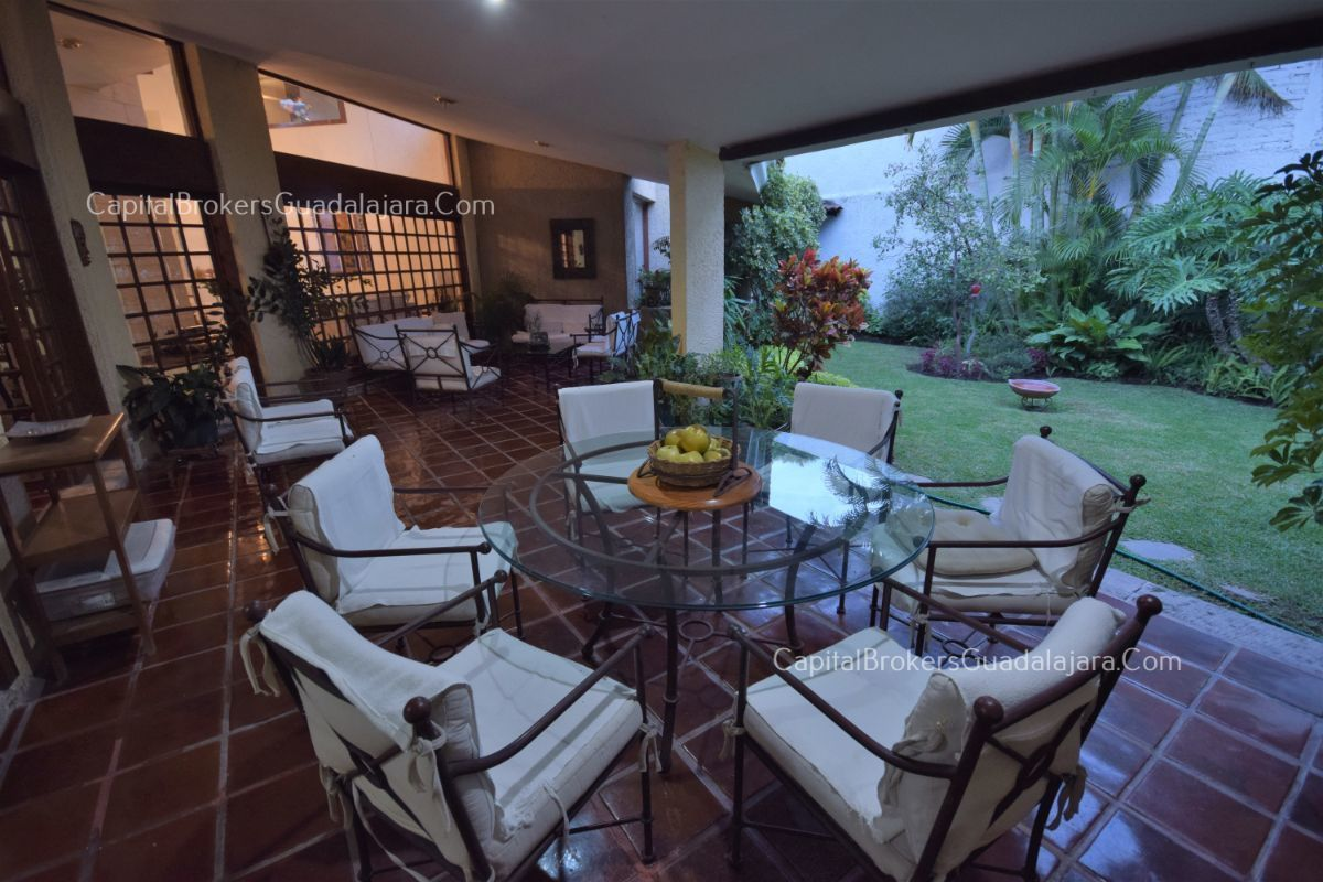 Residencia de con 2 recamaras en planta baja y 2 arriba, jardin, areas comunes, requiere remodelacion. EasyBroker ID: EB-DW8151 8
