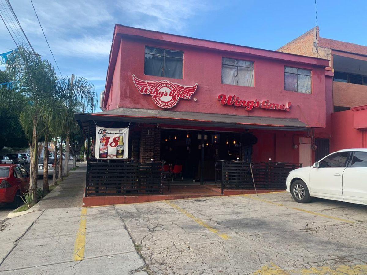 """Traspaso de negocio con excelente ubicación sobre Av circunvalación norte, esquina Samuel Ramos. Negocio ya establecido """"Wings Time"""", el traspaso incluye muebles, 4 pantallas de 32 pulgadas, cuenta con licencia de alimentos con venta de cerveza, esta establecido hace 4 años y medio. Actualmente paga 31 mil pesos de renta, sistema de sonido incluido y sofw restaurant ya instalado. Excelente inversión con alta rentabilidad. CP/5. EasyBroker ID: EB-ED4993 0"""