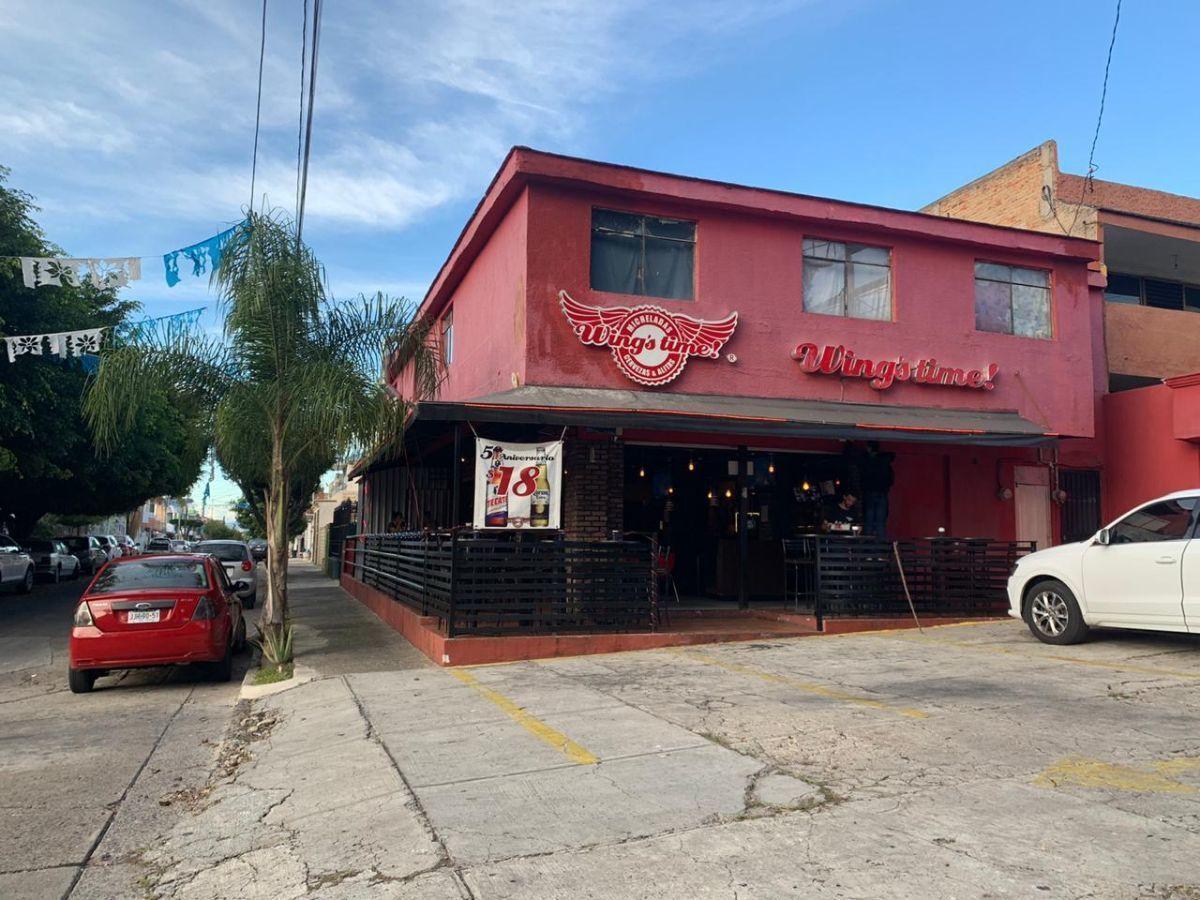 """Traspaso de negocio con excelente ubicación sobre Av circunvalación norte, esquina Samuel Ramos. Negocio ya establecido """"Wings Time"""", el traspaso incluye muebles, 4 pantallas de 32 pulgadas, cuenta con licencia de alimentos con venta de cerveza, esta establecido hace 4 años y medio. Actualmente paga 31 mil pesos de renta, sistema de sonido incluido y sofw restaurant ya instalado. Excelente inversión con alta rentabilidad. CP/5. EasyBroker ID: EB-ED4993 1"""
