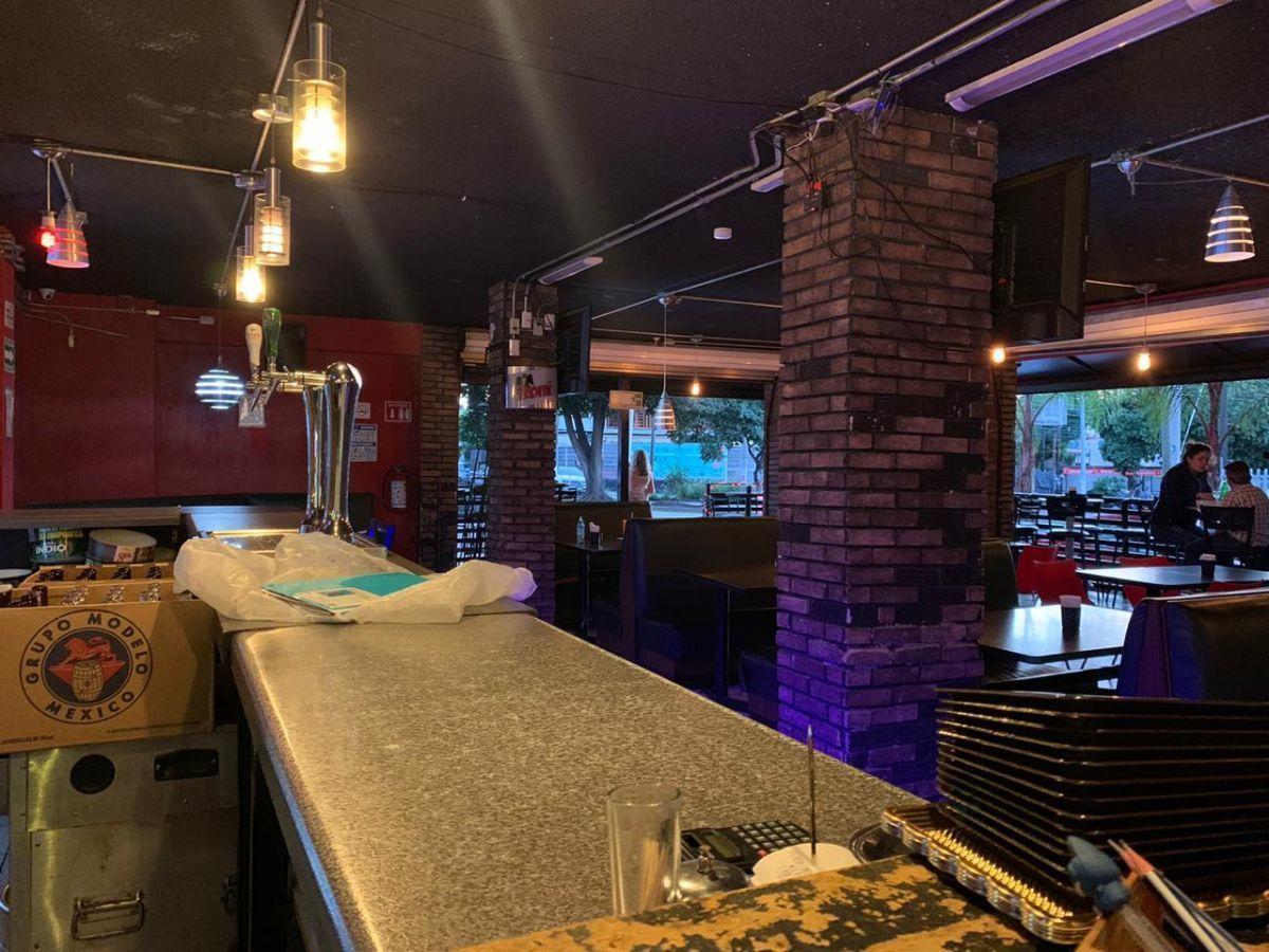 """Traspaso de negocio con excelente ubicación sobre Av circunvalación norte, esquina Samuel Ramos. Negocio ya establecido """"Wings Time"""", el traspaso incluye muebles, 4 pantallas de 32 pulgadas, cuenta con licencia de alimentos con venta de cerveza, esta establecido hace 4 años y medio. Actualmente paga 31 mil pesos de renta, sistema de sonido incluido y sofw restaurant ya instalado. Excelente inversión con alta rentabilidad. CP/5. EasyBroker ID: EB-ED4993 10"""