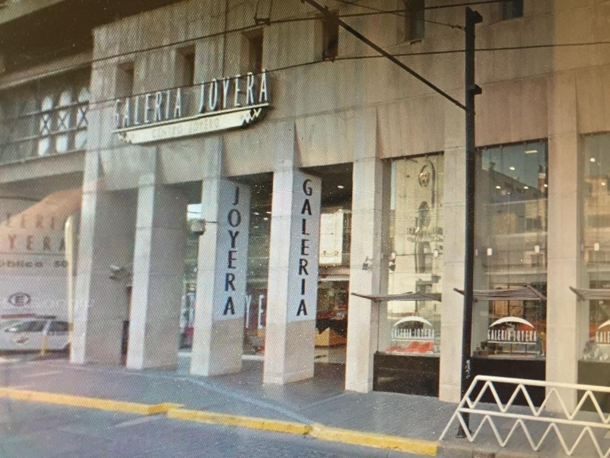 Se vende negocio aclientado de joyeria dentro de plaza comercial en el centro de Guadalajara. El   local comercial dentro de  plaza comercial de Centro Joyero Galería, en el centro de la ciudad de Guadalajara, Jalisco, en la plaza Tapatía.  El local tiene superficie de  22 m2 dentro del  centro comercial, en el tercer piso, con escaleras eléctrica, estacionamiento con valet parking, elevadores, baños,  puertas de cristal.  Es un centro comercial moderno, en buenas condiciones y de tres pisos. Está ubicado en el centro de la ciudad de Guadalajara, cerca del Hospicio Cabañas, de Catedral y mercado San Juan de Dios  y en la zona joyera.  No incluye mercancía.Si le interesa la mercancía y la lista de proveedores y clientes, puede pedir esta información.  En el tercer piso del centro Joyero Galería  hay baños para damas y caballeros, aproximadamente 8 en total. Ideal para quien busca un negocio para joyería u oficina. El precio es sin impuestos. Las siguientes líneas de transporte tienen rutas que pasan cerca de Galería Joyera Centro Joyero - Autobús: 231-C, 258-D, LÍNEA 3, PARADOR; Tren: TL-2. EasyBroker ID: EB-BH8542 10