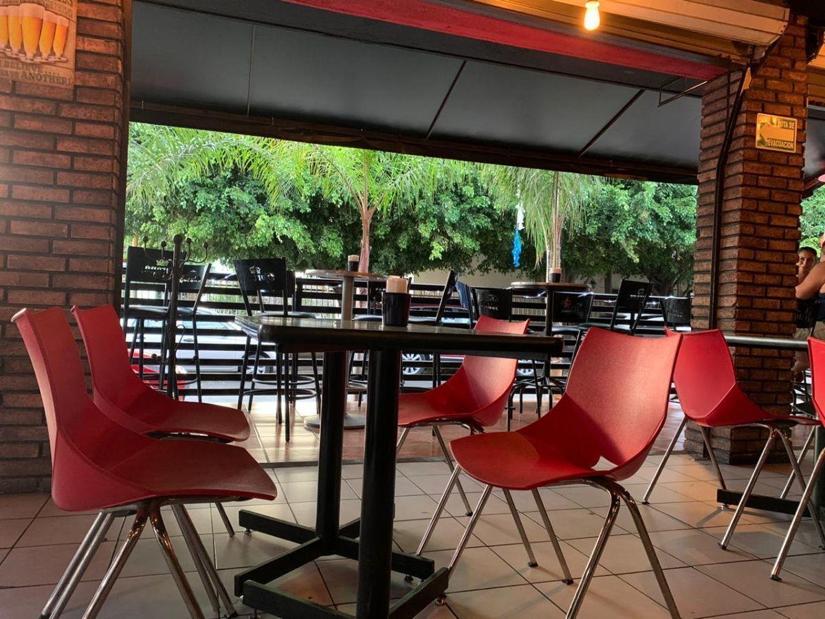 """Traspaso de negocio con excelente ubicación sobre Av circunvalación norte, esquina Samuel Ramos. Negocio ya establecido """"Wings Time"""", el traspaso incluye muebles, 4 pantallas de 32 pulgadas, cuenta con licencia de alimentos con venta de cerveza, esta establecido hace 4 años y medio. Actualmente paga 31 mil pesos de renta, sistema de sonido incluido y sofw restaurant ya instalado. Excelente inversión con alta rentabilidad. CP/5. EasyBroker ID: EB-ED4993 11"""