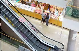 Se vende negocio aclientado de joyeria dentro de plaza comercial en el centro de Guadalajara. El   local comercial dentro de  plaza comercial de Centro Joyero Galería, en el centro de la ciudad de Guadalajara, Jalisco, en la plaza Tapatía.  El local tiene superficie de  22 m2 dentro del  centro comercial, en el tercer piso, con escaleras eléctrica, estacionamiento con valet parking, elevadores, baños,  puertas de cristal.  Es un centro comercial moderno, en buenas condiciones y de tres pisos. Está ubicado en el centro de la ciudad de Guadalajara, cerca del Hospicio Cabañas, de Catedral y mercado San Juan de Dios  y en la zona joyera.  No incluye mercancía.Si le interesa la mercancía y la lista de proveedores y clientes, puede pedir esta información.  En el tercer piso del centro Joyero Galería  hay baños para damas y caballeros, aproximadamente 8 en total. Ideal para quien busca un negocio para joyería u oficina. El precio es sin impuestos. Las siguientes líneas de transporte tienen rutas que pasan cerca de Galería Joyera Centro Joyero - Autobús: 231-C, 258-D, LÍNEA 3, PARADOR; Tren: TL-2. EasyBroker ID: EB-BH8542 11