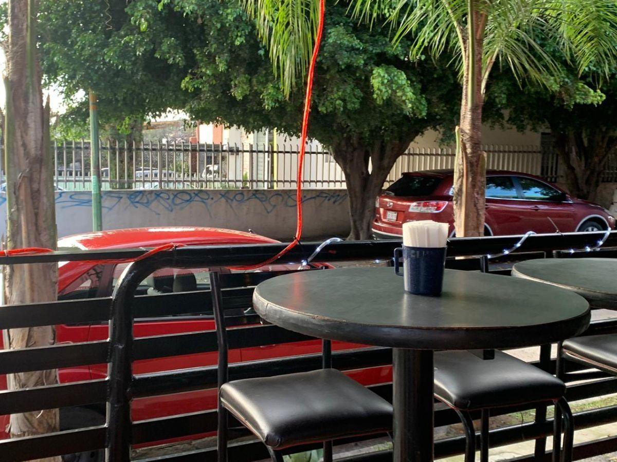 """Traspaso de negocio con excelente ubicación sobre Av circunvalación norte, esquina Samuel Ramos. Negocio ya establecido """"Wings Time"""", el traspaso incluye muebles, 4 pantallas de 32 pulgadas, cuenta con licencia de alimentos con venta de cerveza, esta establecido hace 4 años y medio. Actualmente paga 31 mil pesos de renta, sistema de sonido incluido y sofw restaurant ya instalado. Excelente inversión con alta rentabilidad. CP/5. EasyBroker ID: EB-ED4993 12"""