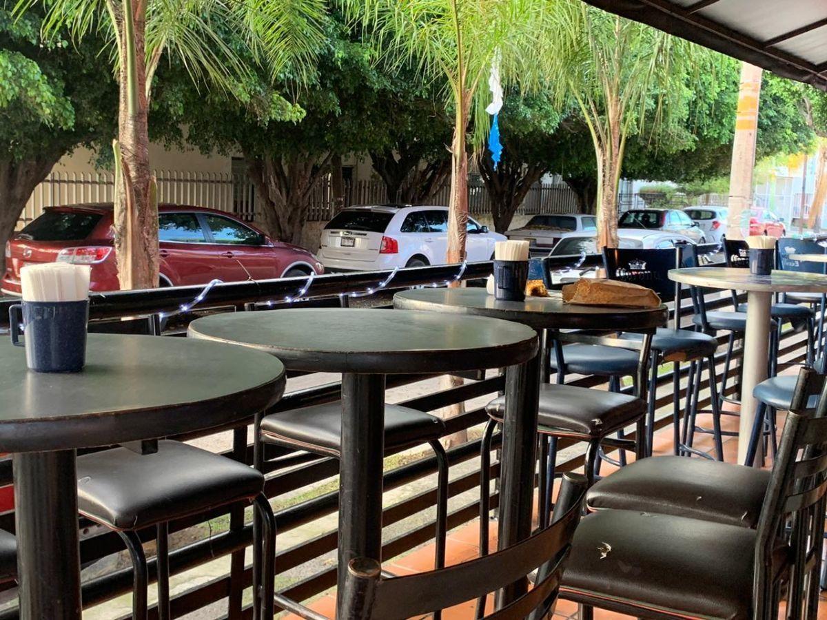 """Traspaso de negocio con excelente ubicación sobre Av circunvalación norte, esquina Samuel Ramos. Negocio ya establecido """"Wings Time"""", el traspaso incluye muebles, 4 pantallas de 32 pulgadas, cuenta con licencia de alimentos con venta de cerveza, esta establecido hace 4 años y medio. Actualmente paga 31 mil pesos de renta, sistema de sonido incluido y sofw restaurant ya instalado. Excelente inversión con alta rentabilidad. CP/5. EasyBroker ID: EB-ED4993 13"""