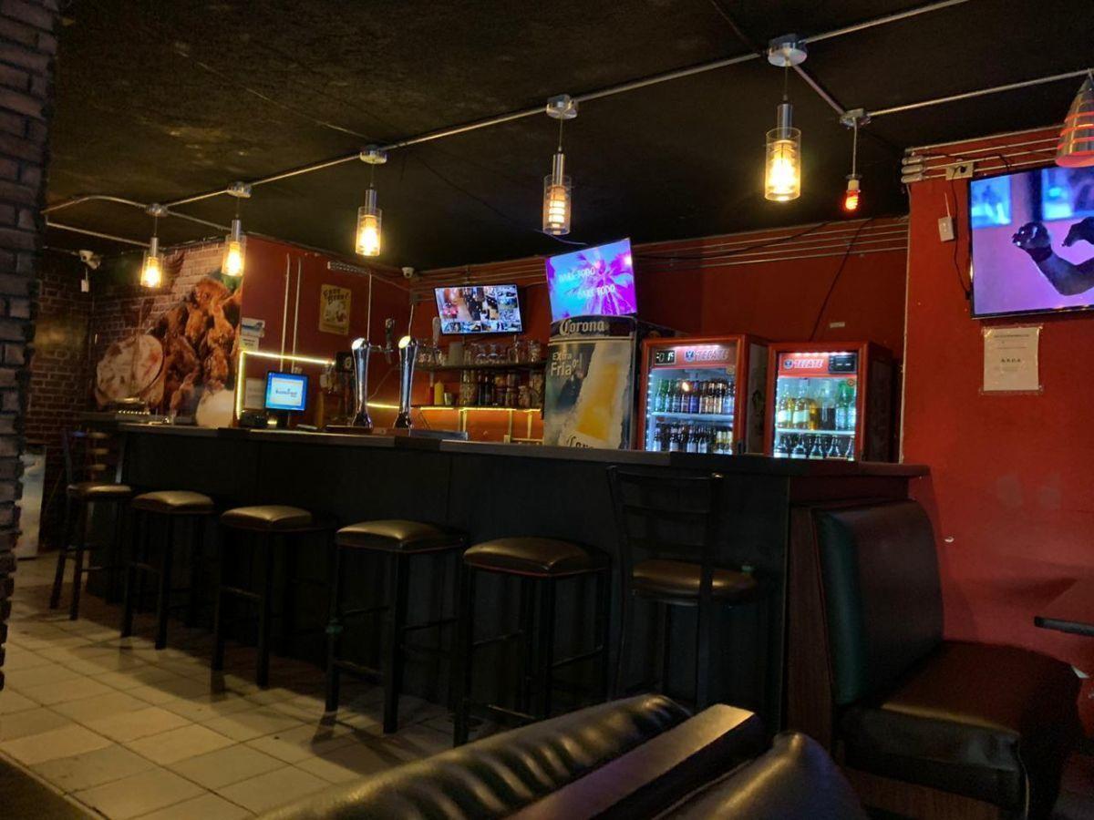 """Traspaso de negocio con excelente ubicación sobre Av circunvalación norte, esquina Samuel Ramos. Negocio ya establecido """"Wings Time"""", el traspaso incluye muebles, 4 pantallas de 32 pulgadas, cuenta con licencia de alimentos con venta de cerveza, esta establecido hace 4 años y medio. Actualmente paga 31 mil pesos de renta, sistema de sonido incluido y sofw restaurant ya instalado. Excelente inversión con alta rentabilidad. CP/5. EasyBroker ID: EB-ED4993 15"""