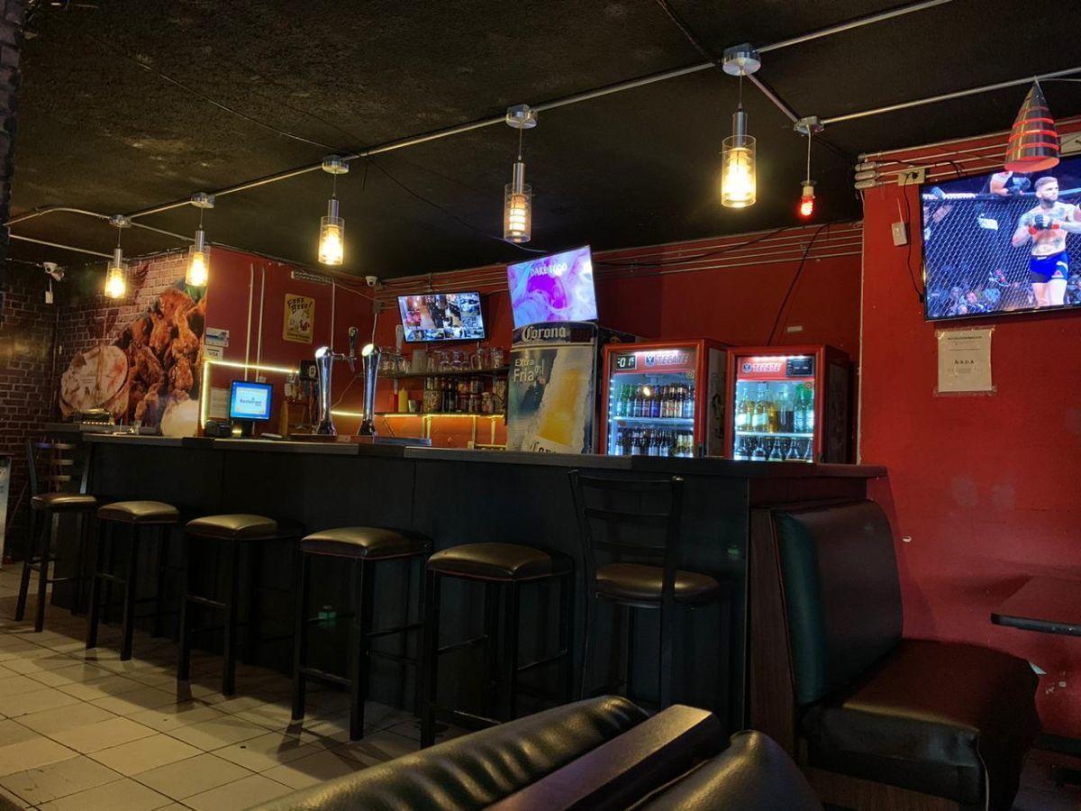 """Traspaso de negocio con excelente ubicación sobre Av circunvalación norte, esquina Samuel Ramos. Negocio ya establecido """"Wings Time"""", el traspaso incluye muebles, 4 pantallas de 32 pulgadas, cuenta con licencia de alimentos con venta de cerveza, esta establecido hace 4 años y medio. Actualmente paga 31 mil pesos de renta, sistema de sonido incluido y sofw restaurant ya instalado. Excelente inversión con alta rentabilidad. CP/5. EasyBroker ID: EB-ED4993 16"""