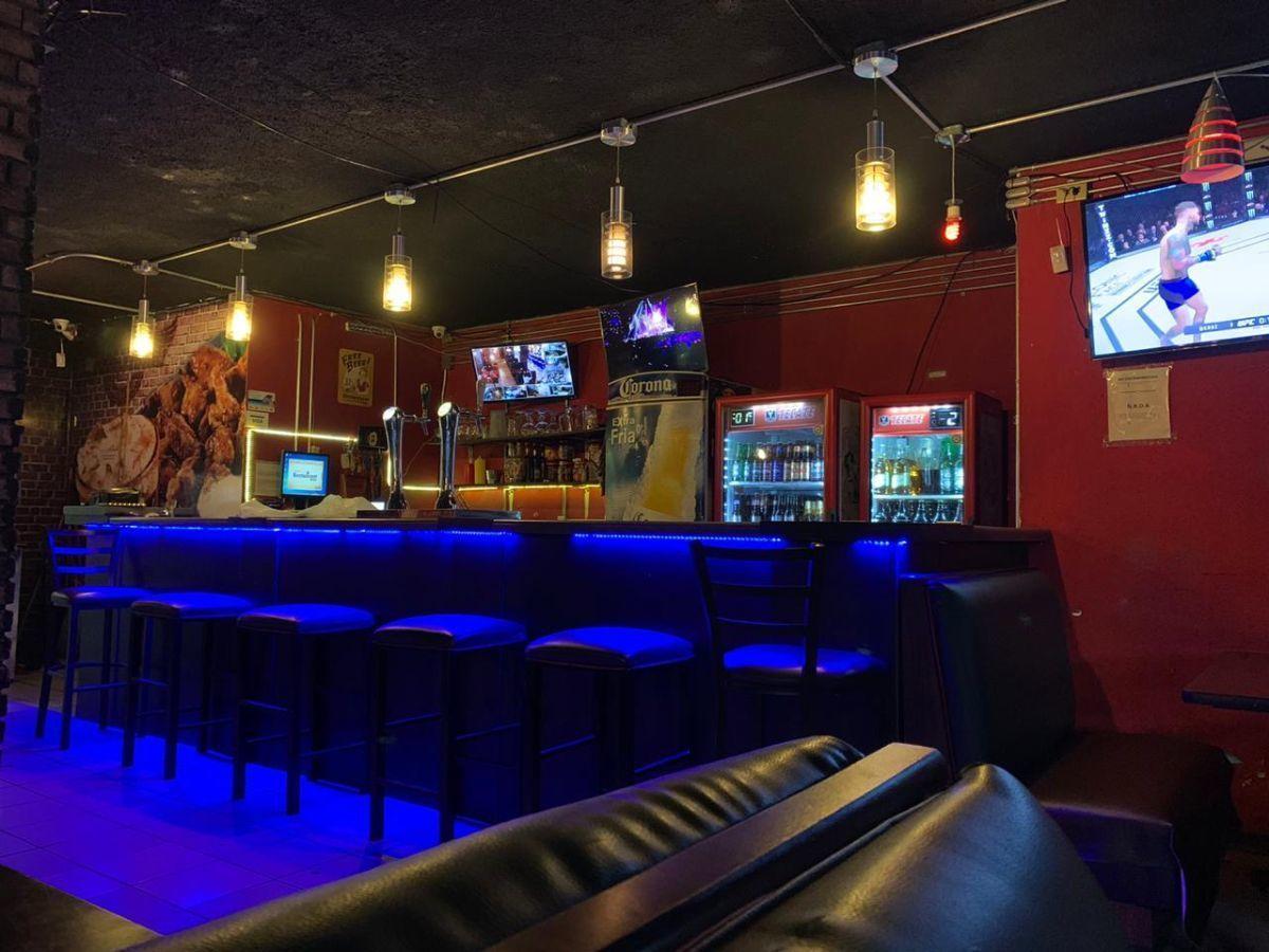 """Traspaso de negocio con excelente ubicación sobre Av circunvalación norte, esquina Samuel Ramos. Negocio ya establecido """"Wings Time"""", el traspaso incluye muebles, 4 pantallas de 32 pulgadas, cuenta con licencia de alimentos con venta de cerveza, esta establecido hace 4 años y medio. Actualmente paga 31 mil pesos de renta, sistema de sonido incluido y sofw restaurant ya instalado. Excelente inversión con alta rentabilidad. CP/5. EasyBroker ID: EB-ED4993 17"""