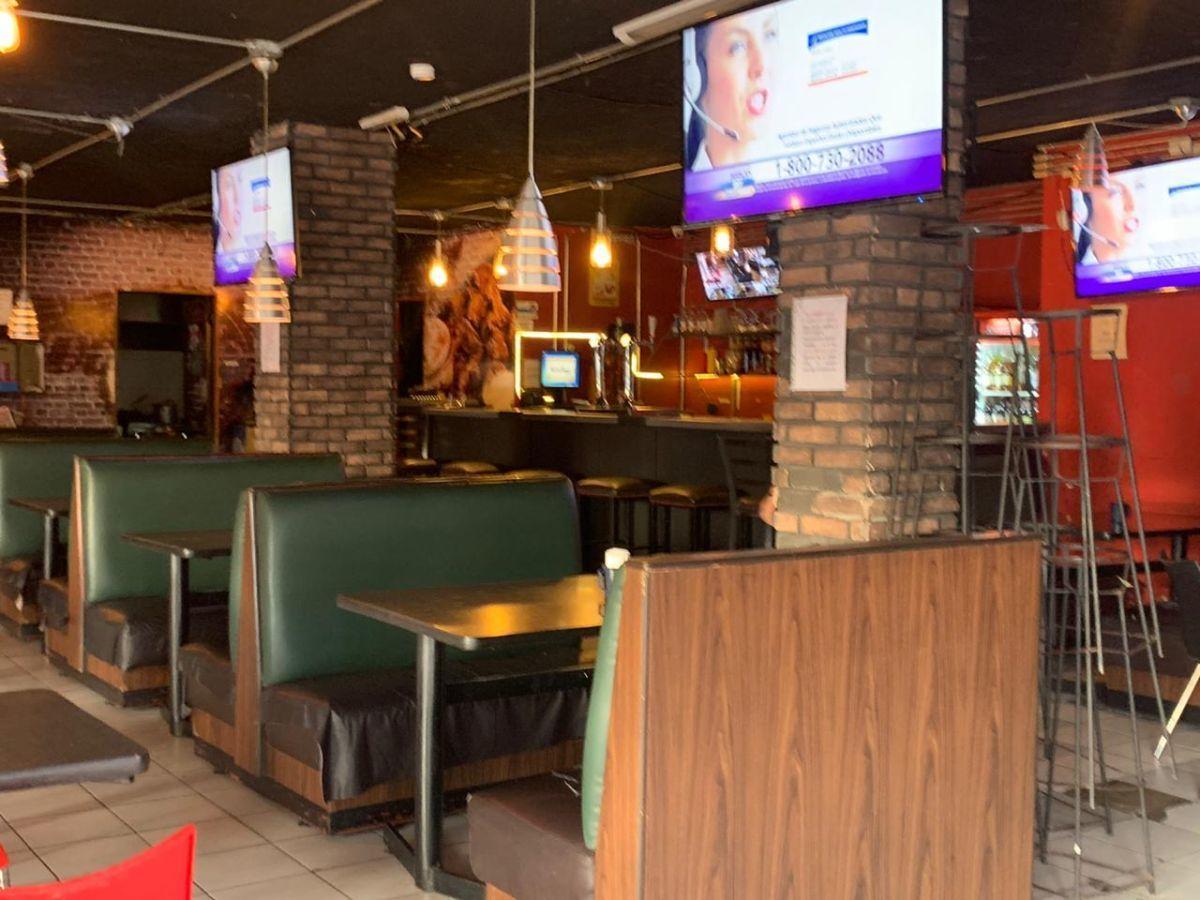 """Traspaso de negocio con excelente ubicación sobre Av circunvalación norte, esquina Samuel Ramos. Negocio ya establecido """"Wings Time"""", el traspaso incluye muebles, 4 pantallas de 32 pulgadas, cuenta con licencia de alimentos con venta de cerveza, esta establecido hace 4 años y medio. Actualmente paga 31 mil pesos de renta, sistema de sonido incluido y sofw restaurant ya instalado. Excelente inversión con alta rentabilidad. CP/5. EasyBroker ID: EB-ED4993 2"""