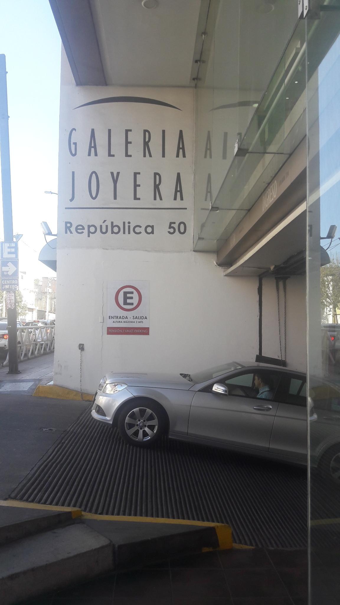Se vende negocio aclientado de joyeria dentro de plaza comercial en el centro de Guadalajara. El   local comercial dentro de  plaza comercial de Centro Joyero Galería, en el centro de la ciudad de Guadalajara, Jalisco, en la plaza Tapatía.  El local tiene superficie de  22 m2 dentro del  centro comercial, en el tercer piso, con escaleras eléctrica, estacionamiento con valet parking, elevadores, baños,  puertas de cristal.  Es un centro comercial moderno, en buenas condiciones y de tres pisos. Está ubicado en el centro de la ciudad de Guadalajara, cerca del Hospicio Cabañas, de Catedral y mercado San Juan de Dios  y en la zona joyera.  No incluye mercancía.Si le interesa la mercancía y la lista de proveedores y clientes, puede pedir esta información.  En el tercer piso del centro Joyero Galería  hay baños para damas y caballeros, aproximadamente 8 en total. Ideal para quien busca un negocio para joyería u oficina. El precio es sin impuestos. Las siguientes líneas de transporte tienen rutas que pasan cerca de Galería Joyera Centro Joyero - Autobús: 231-C, 258-D, LÍNEA 3, PARADOR; Tren: TL-2. EasyBroker ID: EB-BH8542 2