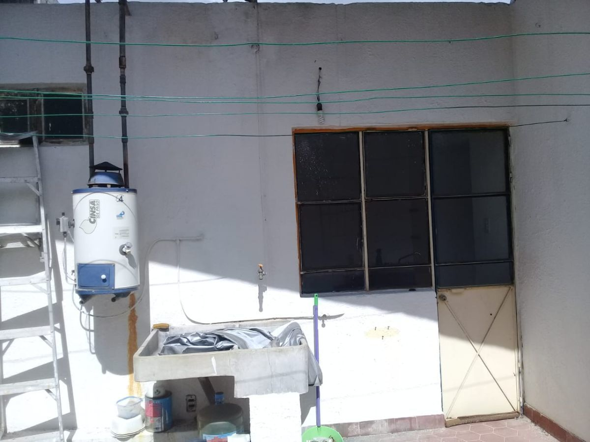 Excelente ubicación, a una cuadra de López Mateos, ideal para oficinas ó notaría, 360 M2 de terreno y 378 m2 de construcción. EasyBroker ID: EB-ED8450 4