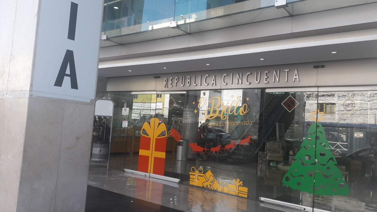 Se vende negocio aclientado de joyeria dentro de plaza comercial en el centro de Guadalajara. El   local comercial dentro de  plaza comercial de Centro Joyero Galería, en el centro de la ciudad de Guadalajara, Jalisco, en la plaza Tapatía.  El local tiene superficie de  22 m2 dentro del  centro comercial, en el tercer piso, con escaleras eléctrica, estacionamiento con valet parking, elevadores, baños,  puertas de cristal.  Es un centro comercial moderno, en buenas condiciones y de tres pisos. Está ubicado en el centro de la ciudad de Guadalajara, cerca del Hospicio Cabañas, de Catedral y mercado San Juan de Dios  y en la zona joyera.  No incluye mercancía.Si le interesa la mercancía y la lista de proveedores y clientes, puede pedir esta información.  En el tercer piso del centro Joyero Galería  hay baños para damas y caballeros, aproximadamente 8 en total. Ideal para quien busca un negocio para joyería u oficina. El precio es sin impuestos. Las siguientes líneas de transporte tienen rutas que pasan cerca de Galería Joyera Centro Joyero - Autobús: 231-C, 258-D, LÍNEA 3, PARADOR; Tren: TL-2. EasyBroker ID: EB-BH8542 4