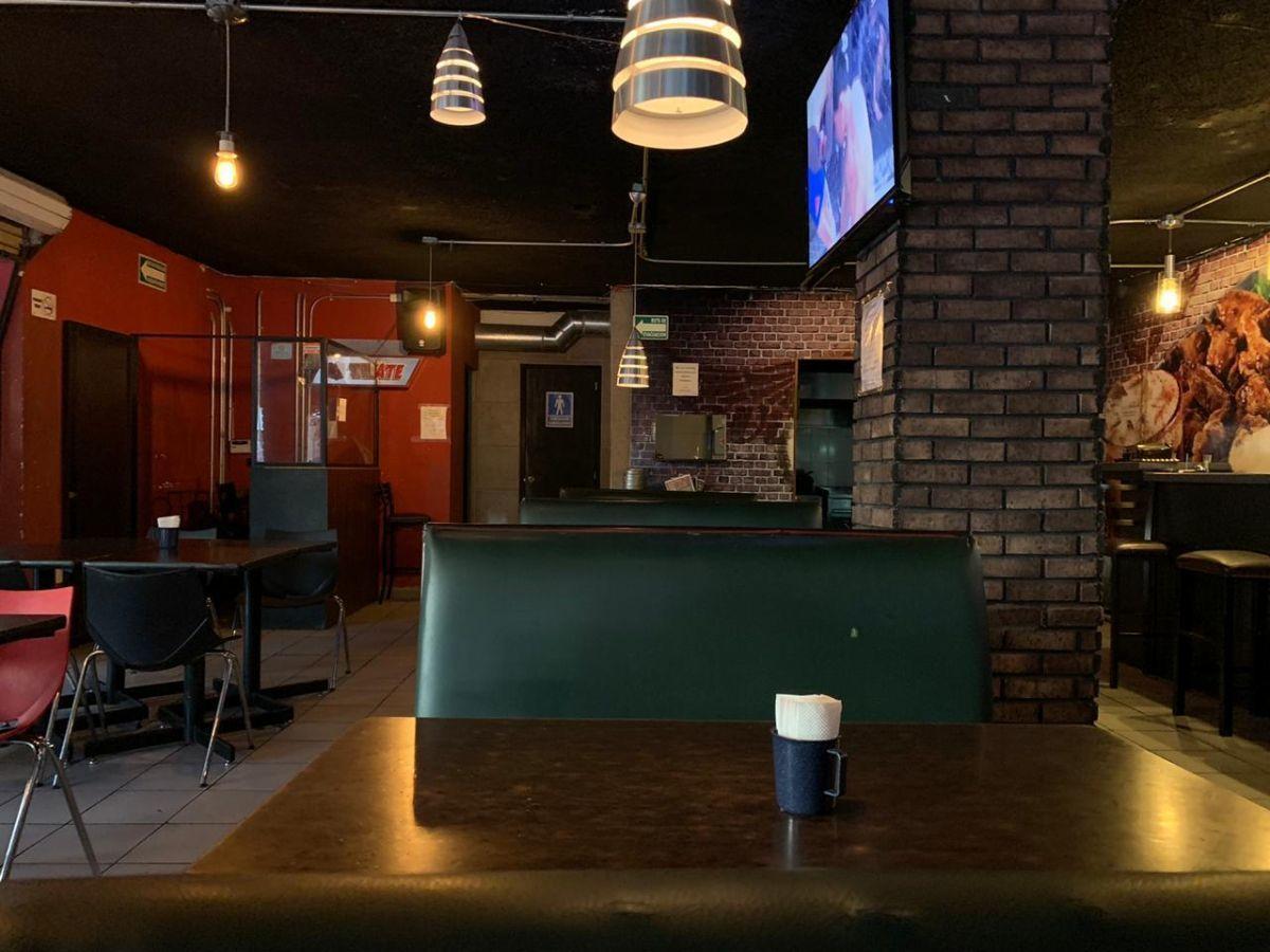 """Traspaso de negocio con excelente ubicación sobre Av circunvalación norte, esquina Samuel Ramos. Negocio ya establecido """"Wings Time"""", el traspaso incluye muebles, 4 pantallas de 32 pulgadas, cuenta con licencia de alimentos con venta de cerveza, esta establecido hace 4 años y medio. Actualmente paga 31 mil pesos de renta, sistema de sonido incluido y sofw restaurant ya instalado. Excelente inversión con alta rentabilidad. CP/5. EasyBroker ID: EB-ED4993 5"""