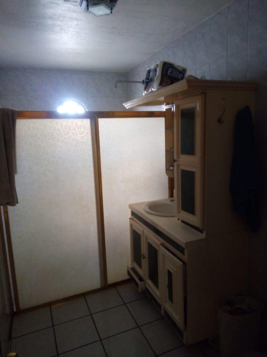 Casa con uso de suelo, 4 locales en planta baja, en esquina, colonia 5 de mayo Echeverría. Cochera cerrada con portón eléctrico y en la planta alta 1 amplio departamento, con patio y además un cuarto en la azotea.  Calentador solar. Doble tinaco. Los locales son de aproximadamente 22 m2 todos cuentan con medio baño El departamento cuenta con 3 amplias recámaras, estudio, cocina con barra desayunadora, 1 baño completo Uso de suelo  MB4  ...  https://wa.me/5213311370201. EasyBroker ID: EB-DX4982 6