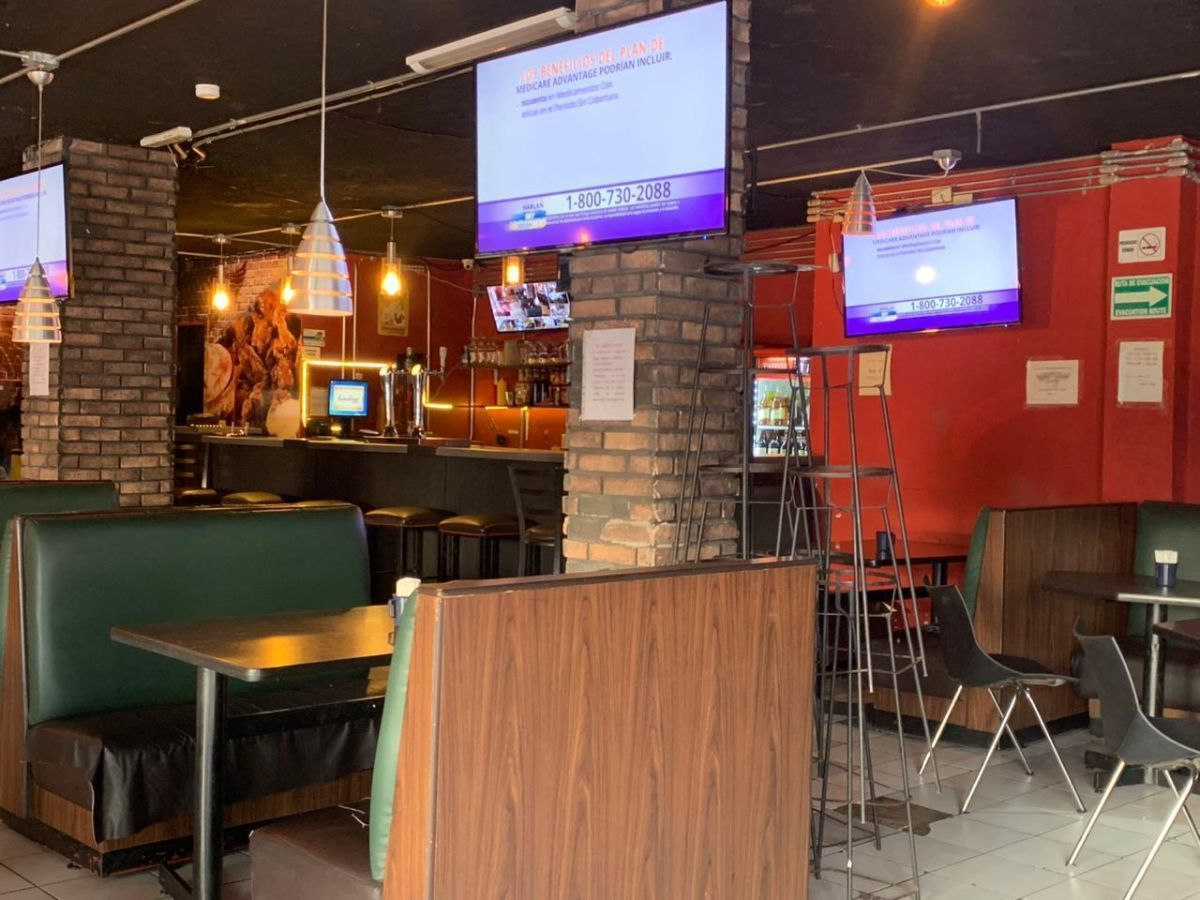 """Traspaso de negocio con excelente ubicación sobre Av circunvalación norte, esquina Samuel Ramos. Negocio ya establecido """"Wings Time"""", el traspaso incluye muebles, 4 pantallas de 32 pulgadas, cuenta con licencia de alimentos con venta de cerveza, esta establecido hace 4 años y medio. Actualmente paga 31 mil pesos de renta, sistema de sonido incluido y sofw restaurant ya instalado. Excelente inversión con alta rentabilidad. CP/5. EasyBroker ID: EB-ED4993 6"""