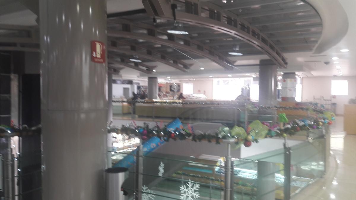 Se vende negocio aclientado de joyeria dentro de plaza comercial en el centro de Guadalajara. El   local comercial dentro de  plaza comercial de Centro Joyero Galería, en el centro de la ciudad de Guadalajara, Jalisco, en la plaza Tapatía.  El local tiene superficie de  22 m2 dentro del  centro comercial, en el tercer piso, con escaleras eléctrica, estacionamiento con valet parking, elevadores, baños,  puertas de cristal.  Es un centro comercial moderno, en buenas condiciones y de tres pisos. Está ubicado en el centro de la ciudad de Guadalajara, cerca del Hospicio Cabañas, de Catedral y mercado San Juan de Dios  y en la zona joyera.  No incluye mercancía.Si le interesa la mercancía y la lista de proveedores y clientes, puede pedir esta información.  En el tercer piso del centro Joyero Galería  hay baños para damas y caballeros, aproximadamente 8 en total. Ideal para quien busca un negocio para joyería u oficina. El precio es sin impuestos. Las siguientes líneas de transporte tienen rutas que pasan cerca de Galería Joyera Centro Joyero - Autobús: 231-C, 258-D, LÍNEA 3, PARADOR; Tren: TL-2. EasyBroker ID: EB-BH8542 6