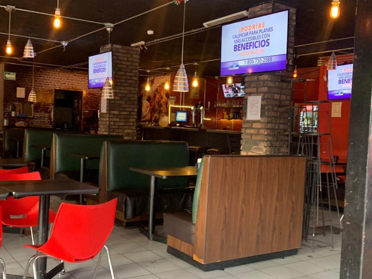 """Traspaso de negocio con excelente ubicación sobre Av circunvalación norte, esquina Samuel Ramos. Negocio ya establecido """"Wings Time"""", el traspaso incluye muebles, 4 pantallas de 32 pulgadas, cuenta con licencia de alimentos con venta de cerveza, esta establecido hace 4 años y medio. Actualmente paga 31 mil pesos de renta, sistema de sonido incluido y sofw restaurant ya instalado. Excelente inversión con alta rentabilidad. CP/5. EasyBroker ID: EB-ED4993 7"""