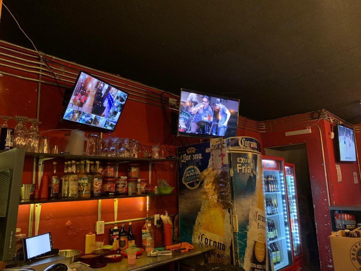 """Traspaso de negocio con excelente ubicación sobre Av circunvalación norte, esquina Samuel Ramos. Negocio ya establecido """"Wings Time"""", el traspaso incluye muebles, 4 pantallas de 32 pulgadas, cuenta con licencia de alimentos con venta de cerveza, esta establecido hace 4 años y medio. Actualmente paga 31 mil pesos de renta, sistema de sonido incluido y sofw restaurant ya instalado. Excelente inversión con alta rentabilidad. CP/5. EasyBroker ID: EB-ED4993 9"""