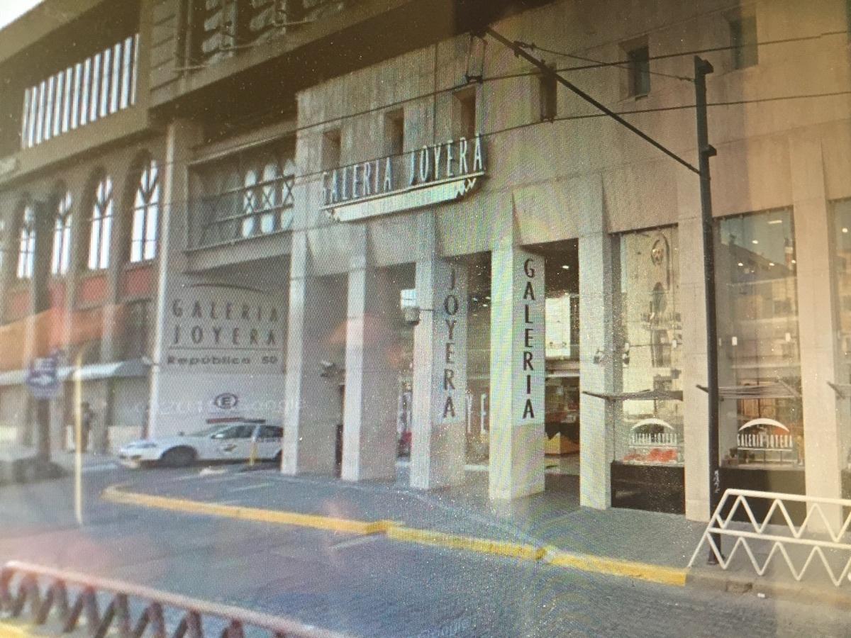 Se vende negocio aclientado de joyeria dentro de plaza comercial en el centro de Guadalajara. El   local comercial dentro de  plaza comercial de Centro Joyero Galería, en el centro de la ciudad de Guadalajara, Jalisco, en la plaza Tapatía.  El local tiene superficie de  22 m2 dentro del  centro comercial, en el tercer piso, con escaleras eléctrica, estacionamiento con valet parking, elevadores, baños,  puertas de cristal.  Es un centro comercial moderno, en buenas condiciones y de tres pisos. Está ubicado en el centro de la ciudad de Guadalajara, cerca del Hospicio Cabañas, de Catedral y mercado San Juan de Dios  y en la zona joyera.  No incluye mercancía.Si le interesa la mercancía y la lista de proveedores y clientes, puede pedir esta información.  En el tercer piso del centro Joyero Galería  hay baños para damas y caballeros, aproximadamente 8 en total. Ideal para quien busca un negocio para joyería u oficina. El precio es sin impuestos. Las siguientes líneas de transporte tienen rutas que pasan cerca de Galería Joyera Centro Joyero - Autobús: 231-C, 258-D, LÍNEA 3, PARADOR; Tren: TL-2. EasyBroker ID: EB-BH8542 9