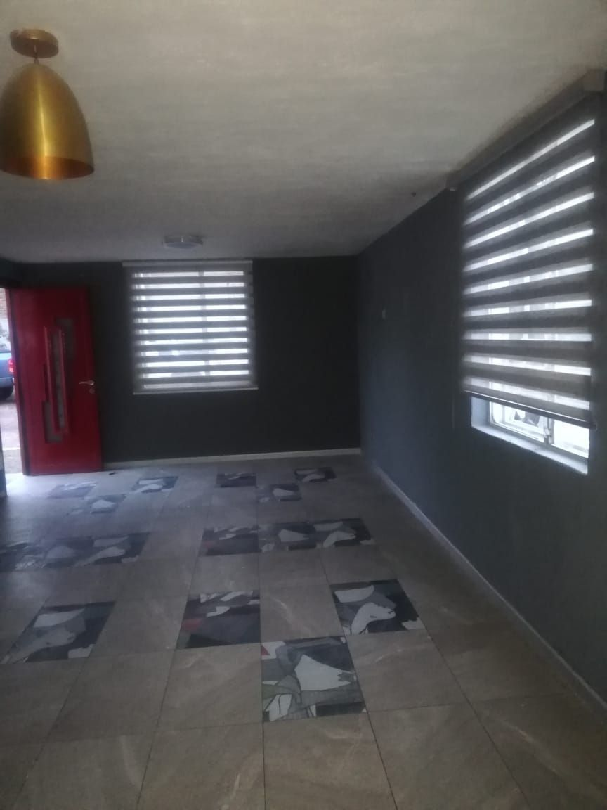 Casa de 2 niveles en venta dentro de coto, en esquina  La propiedad cuenta con: -3 recámaras -2 baños completos -sala -comedor -cocina integral -pequeño jardín -cochera  Coto con portón eléctrico. EasyBroker ID: EB-EB8970 1