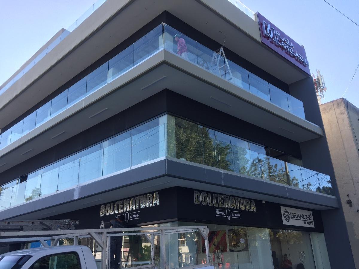 Local comercial en Plaza Lapislázuli sobre Av. Lapislázuli, esquina con la Calle Perla en la Colonia Residencial Victoria. Se encuentra en la zona más comercial de la Av. Lapizlázuli, muy cercana al Teatro Galerías y Plaza del Sol. La plaza es ideal para cualquier tipo de negocio tales como, tiendas de conveniencia, servicio al cliente, telefonía, farmacias, ropa, cafeterías, etc.  La plaza se localiza en esquina y cuenta con estacionamiento, son dos niveles de locales que cuentan con doble altura y amplio frente. Cuentan con salidas de corriente eléctrica, agua, teléfono. Conózcanla, les encantará!!!. EasyBroker ID: EB-EG5005 1