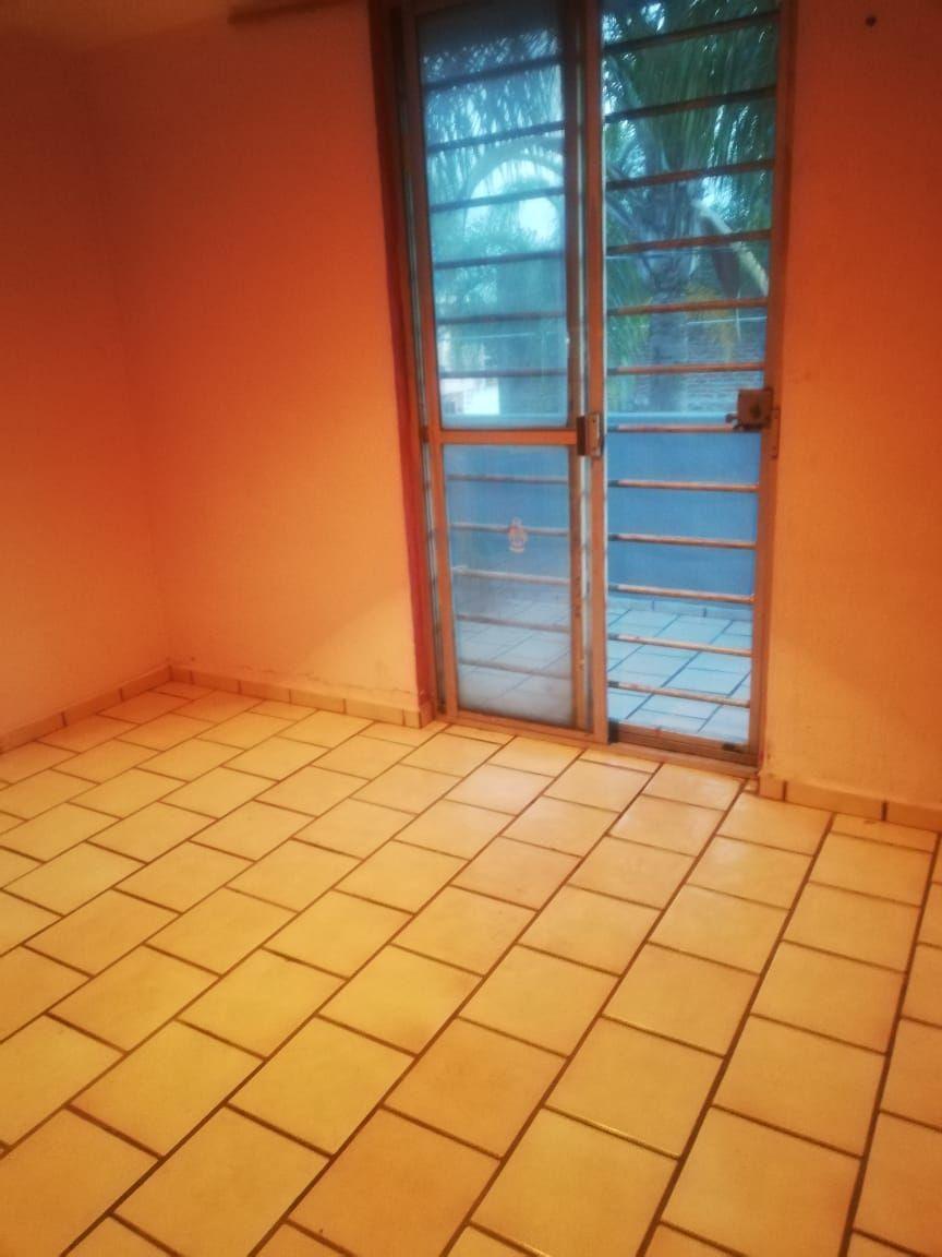 Casa de 2 niveles en venta dentro de coto, en esquina  La propiedad cuenta con: -3 recámaras -2 baños completos -sala -comedor -cocina integral -pequeño jardín -cochera  Coto con portón eléctrico. EasyBroker ID: EB-EB8970 11