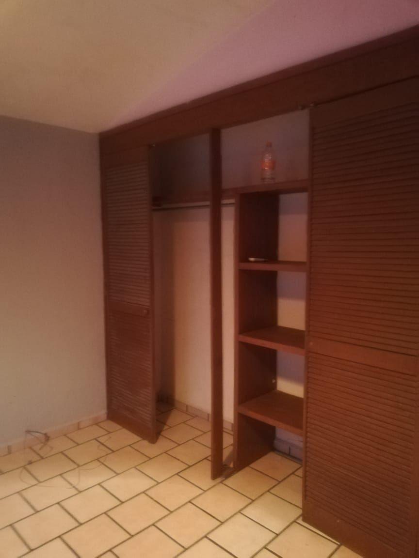 Casa de 2 niveles en venta dentro de coto, en esquina  La propiedad cuenta con: -3 recámaras -2 baños completos -sala -comedor -cocina integral -pequeño jardín -cochera  Coto con portón eléctrico. EasyBroker ID: EB-EB8970 12