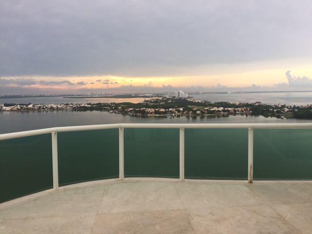 MLS-BRCA201  Penthouse de lujo frente al mar a la venta en Bay View Grand Cancun Zona Hotelera  Terraza amplia que rodea el condominio con vistas panorámicas al mar y la laguna.  Ventanas de piso a techo corredizas que crean un espacio indoor / outdoor  Amenidades: Alberca infinity Spa de clase mundial Juegos infantiles Restaurant Internacional Cancha de Tenis Gimnasio Club de playa privado  Sundeck con area de camastros Snack bar Elevadores Seguridad 24 hrs y acceso controlado  2 Estacionamientos Recámaras:     4 Baños:          4 Estacionamiento:2 Construcción:    541 m2  Precio: 2'500,000 USD (47'500,000 PESOS). EasyBroker ID: EB-DX2217 13