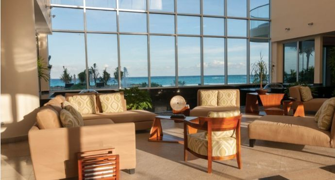 MLS-BRCA200  Condominio a la venta en Lahia Cancun  Hermosa residencia de lujo frente al mar en Lahia Spa Residences con vistas panorámicas del Caribe y la Laguna. Ubicado en la Zona Hotelera de Cancún a solo 12 minutos del aeropuerto, cerca de restaurantes y tiendas, pero lejos del ruido de la zona de antros.  Todas las recamaras tienen balcón von vista al mar o la laguna.  Ventanas de piso a techo lo que permite entrada de luz natural.  Elevador con acceso directo al condominio.  140 metros de frente de playa, con area de palapas y camastros.  Recamara principal con acceso a terraza con vista al mar.  Detalles de la propiedad: Sala Comedor Sala de tv Cocina integral de madera con cubierta de granito y accesorios de acero inoxidable. Terraza con jacuzzi frente al mar Cuarto de lavado  Amenidades: cancha de tenis  alberca infinity gimnasio de dos pisos con vista al mar spa con jacuzzi y areas privadas de masaje area de juegos infantiles  Area para adolescentes seguridad con acceso controlados  elevadores  Snack bar Restaurante Centro de negocios Playa privada con mobiliario y palapas  3 Recamaras 3 Bańos completos Superficie: 275 m2  Precio: 1'500,000 USD  (28'500,000 PESOS)  Si quieres conocer esta y otras propiedades en la zona hotelera de Cancun, comunícate con nosotros y con gusto te asesoramos. EasyBroker ID: EB-DX2028 16