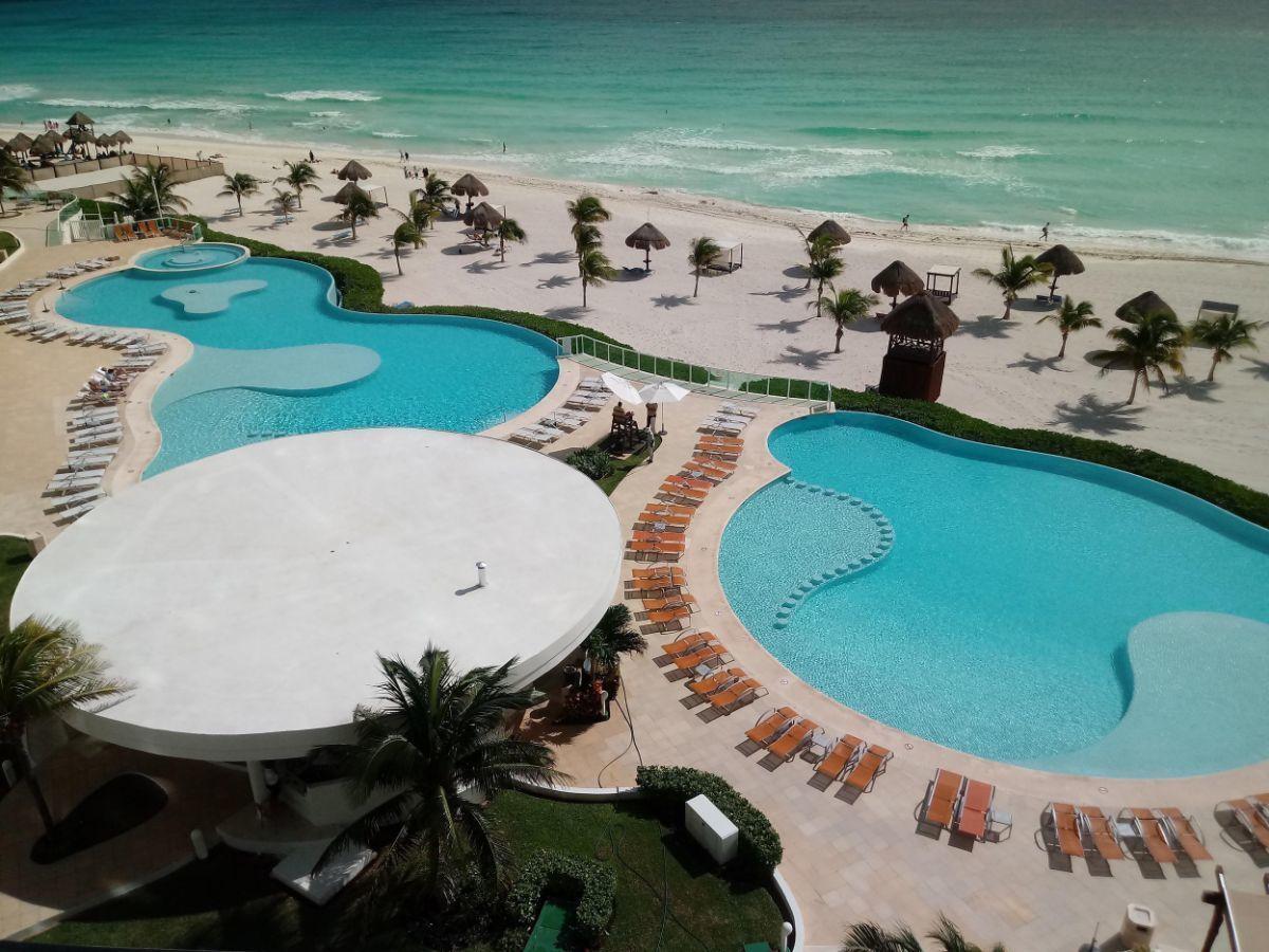 MLS-BRCA201  Penthouse de lujo frente al mar a la venta en Bay View Grand Cancun Zona Hotelera  Terraza amplia que rodea el condominio con vistas panorámicas al mar y la laguna.  Ventanas de piso a techo corredizas que crean un espacio indoor / outdoor  Amenidades: Alberca infinity Spa de clase mundial Juegos infantiles Restaurant Internacional Cancha de Tenis Gimnasio Club de playa privado  Sundeck con area de camastros Snack bar Elevadores Seguridad 24 hrs y acceso controlado  2 Estacionamientos Recámaras:     4 Baños:          4 Estacionamiento:2 Construcción:    541 m2  Precio: 2'500,000 USD (47'500,000 PESOS). EasyBroker ID: EB-DX2217 17
