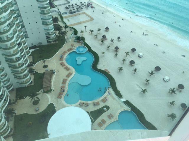 MLS-BRCA201  Penthouse de lujo frente al mar a la venta en Bay View Grand Cancun Zona Hotelera  Terraza amplia que rodea el condominio con vistas panorámicas al mar y la laguna.  Ventanas de piso a techo corredizas que crean un espacio indoor / outdoor  Amenidades: Alberca infinity Spa de clase mundial Juegos infantiles Restaurant Internacional Cancha de Tenis Gimnasio Club de playa privado  Sundeck con area de camastros Snack bar Elevadores Seguridad 24 hrs y acceso controlado  2 Estacionamientos Recámaras:     4 Baños:          4 Estacionamiento:2 Construcción:    541 m2  Precio: 2'500,000 USD (47'500,000 PESOS). EasyBroker ID: EB-DX2217 19