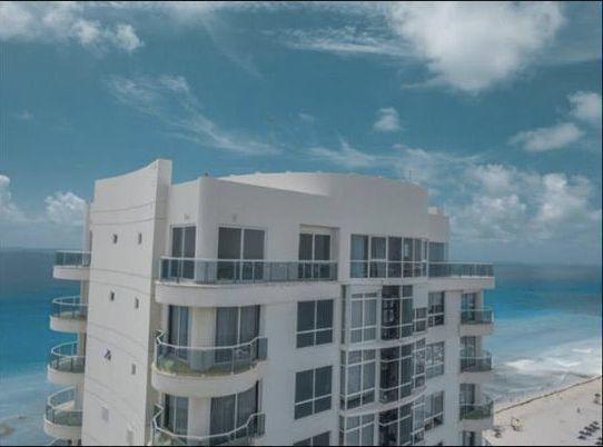 MLS-BRCA201  Penthouse de lujo frente al mar a la venta en Bay View Grand Cancun Zona Hotelera  Terraza amplia que rodea el condominio con vistas panorámicas al mar y la laguna.  Ventanas de piso a techo corredizas que crean un espacio indoor / outdoor  Amenidades: Alberca infinity Spa de clase mundial Juegos infantiles Restaurant Internacional Cancha de Tenis Gimnasio Club de playa privado  Sundeck con area de camastros Snack bar Elevadores Seguridad 24 hrs y acceso controlado  2 Estacionamientos Recámaras:     4 Baños:          4 Estacionamiento:2 Construcción:    541 m2  Precio: 2'500,000 USD (47'500,000 PESOS). EasyBroker ID: EB-DX2217 22