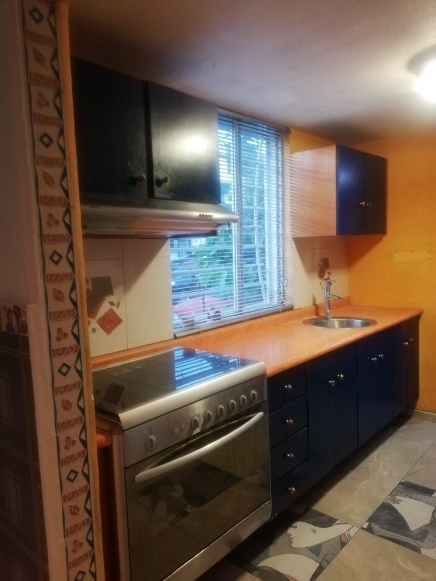 Casa de 2 niveles en venta dentro de coto, en esquina  La propiedad cuenta con: -3 recámaras -2 baños completos -sala -comedor -cocina integral -pequeño jardín -cochera  Coto con portón eléctrico. EasyBroker ID: EB-EB8970 3